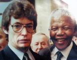 Hugo Sager en su época de senador, compartiendo con Nélson Mandela.