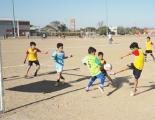 Los chicos jugando al futbol infantil