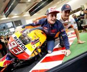 Marc Marquez con su compañero de equipo Dani Pedroza