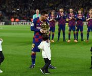 Leo Messi con sus tres hijos y su sexto balón de oro.