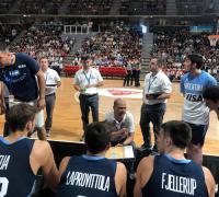 Hernández dando instrucciones, donde se acopló Scola que no jugó