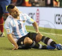 Sergio Agûero en el momento de sentir la lesión en su rodilla izquierda.