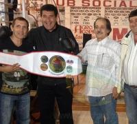 Carlos Zalñazar, ex campeón mundial, junto al presidente del Instituto del Deporte, Juan Carlos Argûello, en el evento de Las Breñas.