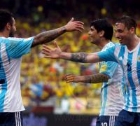 Festejo de Biglia que saluda a Lavezzi y Banega, protagonistas de la jugada del gol