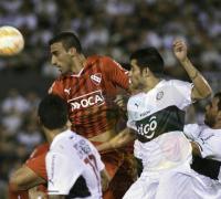 Gustavo Toledo del Rojo se anticipa a los atacantes guaraníes en una llega inquietante del primer tiempo.