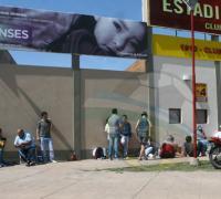 Largas colas frente a las boleterías de Sarmiento antes de la apertura de la venta de localidades
