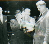 Miguel Angel Firpo entrengando el trofeo a Julio C. Cubillas y atrás Tatalo Domínguez. Fue en el Teatro Todaro