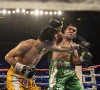 Elñ chaqueño Cuenca al ataque en la pelea que ganó el cetro frente al chino Ik Yang.