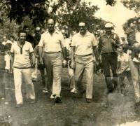 Roberto De Vicenzo camiando los liks del Chaco Golf Club, junto a Manuel Moreyra y Jorge Maidana
