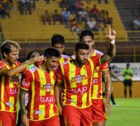 Festejo del primer gol de Sarmiento de Luis Silba