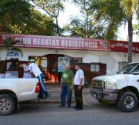 El presidente de Regatas, Roberto Dellamea, en el momento de entregar las mercaderías.