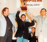 FOTO: Jorge Raúl Diel, periodista deportivo de reconocido prestigio fallecido hace algunos años, en la Fiesta del Deporte con el Pato silva y el ex Gobernador Angel Rozas en 1998