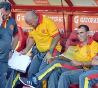 El técnico Raúl Eric Acosta no encuentra respuestas en sus dirigidos.