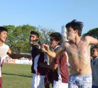 Delirio y emoción en los jugadores de Escuela Municipal de Fontana en el momento de iniciar la vuelta olímpica.