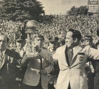 Zubeldía y Malbernat exhibiendo la Copa Intercontinental.