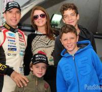 El Pato Silva con su esposa y los tres hijos