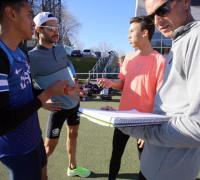 Federico Bruno con su equipo conversando con Guido Mikielevich