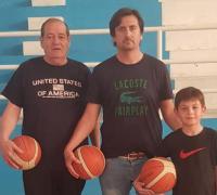 Pedro Rodríguez, con su hijo y nieto en la cancha de Cooperativista