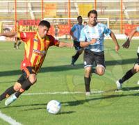 Escena del partido que Sarmiento goleó al conjunto riojano.