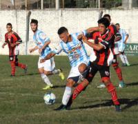Fontana superó a Juventud de Puerto Tirol. Mario Alderete le gana la pelota a Padron en aspero duelo 13-05-18.