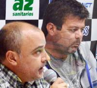 Héctor Gómez en el momento de anunciar en conferencia de prensa la decisión adoptada por Miguel Angel Fullana.