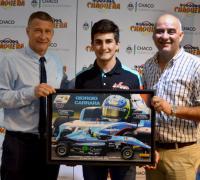 Giorgio Carrara entrengando un cuadro a Oscar Bugnoli y Edy Núñez de Lotería Chaqueña