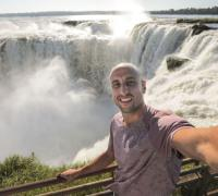 El basquetbolista Manu Ginóbili invitó a los estadounidenses y al mundo entero a conocer las Cataratas del Iguazú y la Argentina a través de un video en sus redes sociales que lanzó con el hashtag #YouAre Welcome, en respuesta al #GraciasManu con el que sus seguidores lo despidieron tras su retiro.