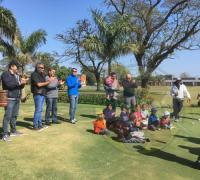 El secretario de Ambiente, Luis Casas, y el subsecretario de Deportes, Darío Kohli con los chicos de la eScuelita del Golf