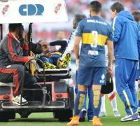 Fernando Gago en medio del dolor es retirado y luego fue trasladado a una clínica para ser asistido por médicos.