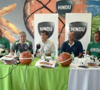 El presidente de Hindú en la presentación de los técnicos de básquetbol de la entidad
