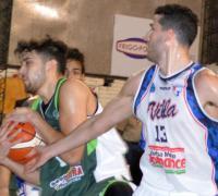 Julian Morales abraza la bola, marcado por Alejo Toledo