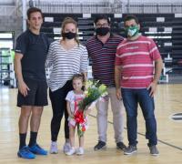 Los familiares de Sergio Pérez Kohut junto al presidente de la Asociación Chaqueña de handball, Pablo Mujica, en el momento de la entrega de la plaqueta.
