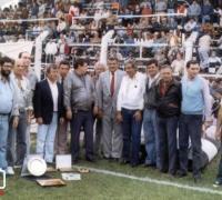 For Ever inaugura sus tribunas de cemento en 1986. Toda la dirigencia con la compañía de Julio Grondona