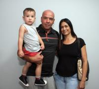 Jose Manuel Fernández con us esposa e hijo más pequeño