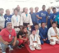Paula Pareto, campeona olímpica, con la delegación chaqueñoa de judo