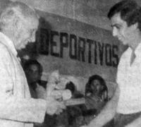 Jorge Wolcoff, campeón de karting 1984 en la fiesta del Círculo recibiendo su premio