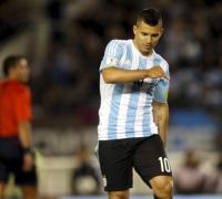 Sergio Agûero en el momento que siente la lesión durante la derrota contra Ecuador.