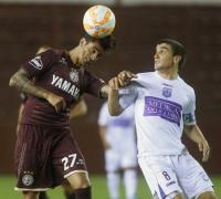 Roman Martinez  de Lanús y   Mauro Arambarri de  Defensor Sporting son los protagonistas de la jugada.