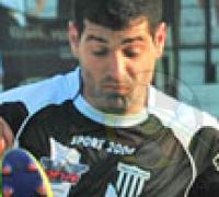 Nicolás Larcher, experiencia y solvencia defensiva en los albinegros.