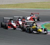 Lucas Longhi con el auto 27 en el circuito de Termas