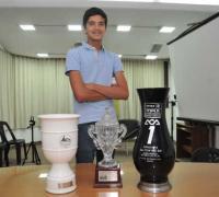Lucas Bohdanowicz con sus últimos trofeos