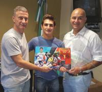 Oscar Brugnoli y Edilberto Núñez reciben el presente del piloto Giorgio Carrara.