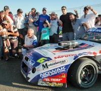 Humberto Marinich el último ganador del TC 4000 con su gente,