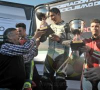 El gobernador Peppo y el presidente del Instituto del Deporte JC Arguello, entrengando el trofeo a Maxi Méndola.