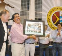 Capitanich recibe de manos de Alfredo González un cuadro de la época en que jugaba al voley en Morava.