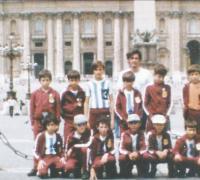 Los jugadores de Mirbeo y atrás la imagen del Vaticano en Italia.