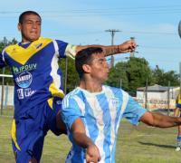Mario Toledo y Pablo Silva disputando el balón