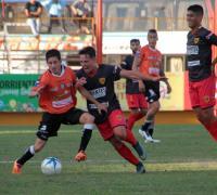 Oscar Gómez, figura en el medio, es presionado por Ledesma. Foto gentileza NORTE.