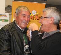 Julio Miranda (izquierda) recibiendo un reconocimiento por los 50 años de la primera participación de For Ever en un Nacional, de manos de Mauricio Esquivel en 2017