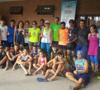 El grupo de participantes de la primera fecha del acuatlón